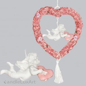 Engel im Rosenkranz bringt Herz hängend L-20cm